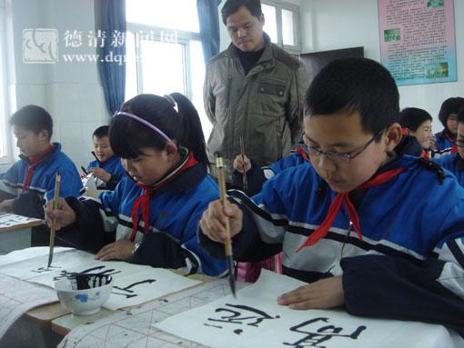 学生认认真真练习书法,从小养成良好的写字习惯