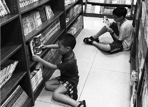 """暑期,乾元镇12岁的倪诗雨放弃去培训班学习奥数、写作等主课补习,专程赶到县城武康的三毛琴行第一次学习她喜欢的小提琴。   暑假到了,孩子们该如何度过?是让孩子""""宅""""在家里,还是带他们出去旅游,或者上暑期兴趣班?吹笛子、拉二胡、弹吉他、在书店做一个""""小书虫""""……暑假期间,不少孩子根据个人兴趣选择了适合自己的""""度假""""方式,过着快乐、充实,有益于身心健康的多彩生活。 9岁的伍凯:二胡是假期生活的重心   在汇丰广"""